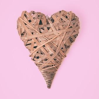Recuerdo de corazón de madera. arte plano laico