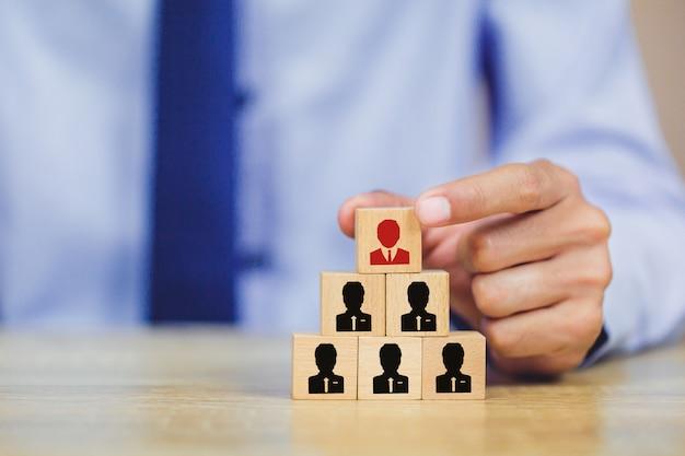 Recursos humanos de mano de negocios, gestión de talentos con éxito.