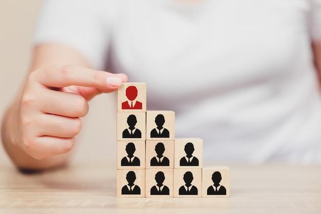 Recursos humanos de mano, reclutamiento de empleados y talento.