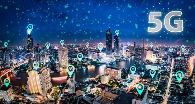 Red 5g holograma digital e internet de las cosas en la ciudad.