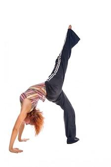 Red chica de pelo realizar ejercicios de fitness
