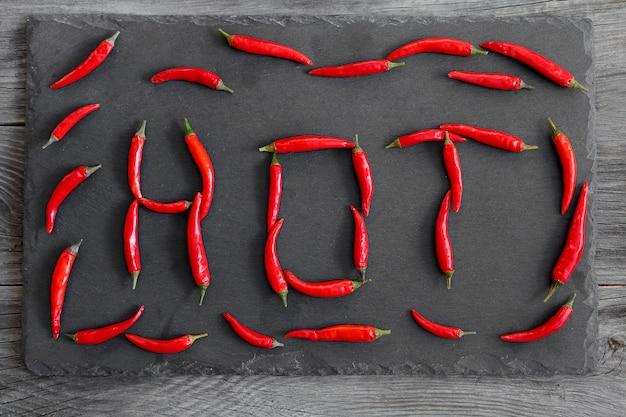 Red hot chili peppers sobre fondo negro