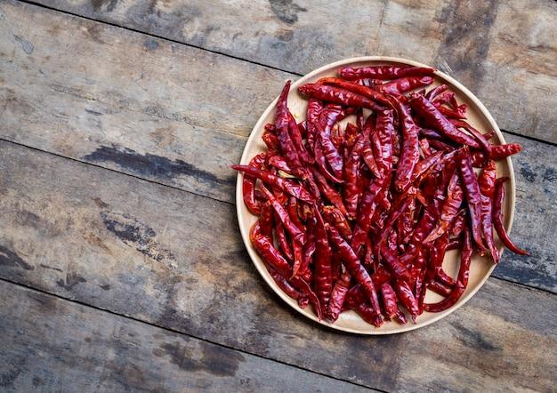Red hot chili peppers en un tazón de madera