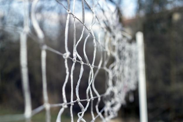 Una red improvisada para jugar al voleibol en el parque.