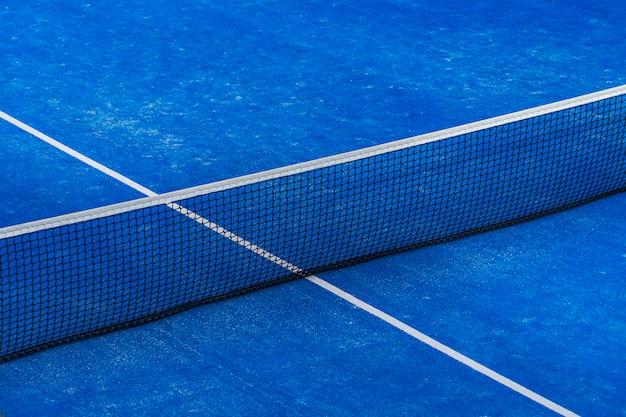 Red de pádel azul y fondo de campo de corte