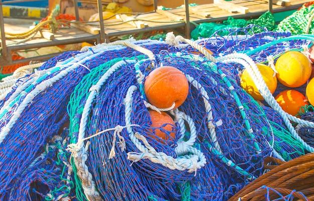 Red de pesca coloreada con flotadores,
