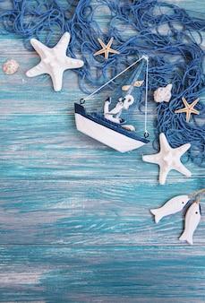 Red de pesca con estrellas de mar y decoraciones marinas.