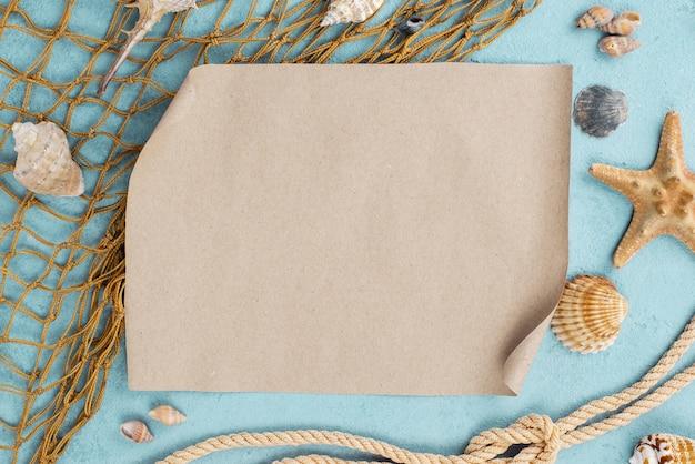 Red de pesca con hoja de papel en blanco