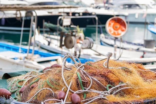 Red de pesca en un puerto en santa margarita italia