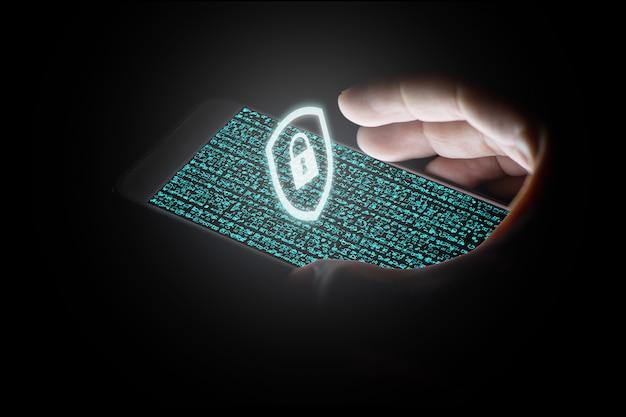 Red de protección de la mano del hombre con el icono de candado blanco y pantallas virtuales en el teléfono inteligente.