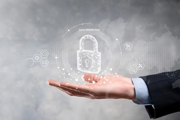 Red de seguridad cibernética. hombre de negocios que protege la información personal de los datos en la interfaz virtual.
