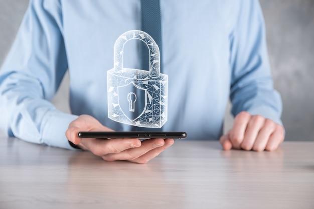 Red de seguridad cibernética. hombre de negocios que sostiene una tableta que protege la información personal de los datos en la interfaz virtual.