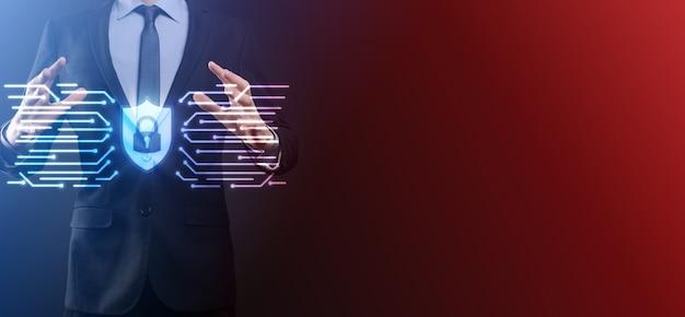 Red de seguridad cibernética. icono de candado y redes de tecnología de internet. hombre de negocios protegiendo datos