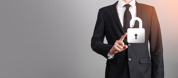 Red de seguridad cibernética. icono de candado y redes de tecnología de internet. hombre de negocios que protege la información personal de los datos en la interfaz virtual. concepto de privacidad de protección de datos. gdpr. ue.