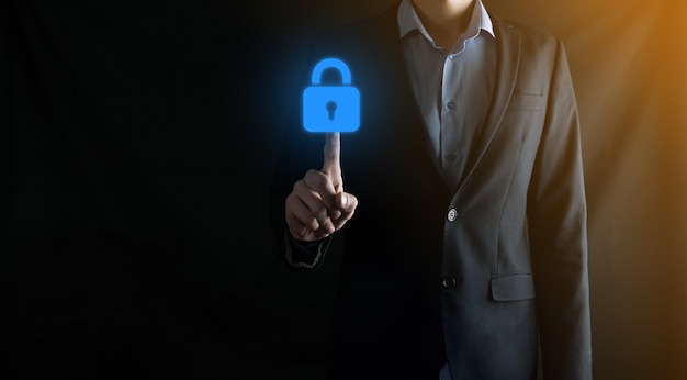 Red de seguridad cibernética. icono de candado y redes de tecnología de internet. hombre de negocios que protege la información personal de datos en la interfaz virtual. concepto de privacidad de protección de datos. gdpr.