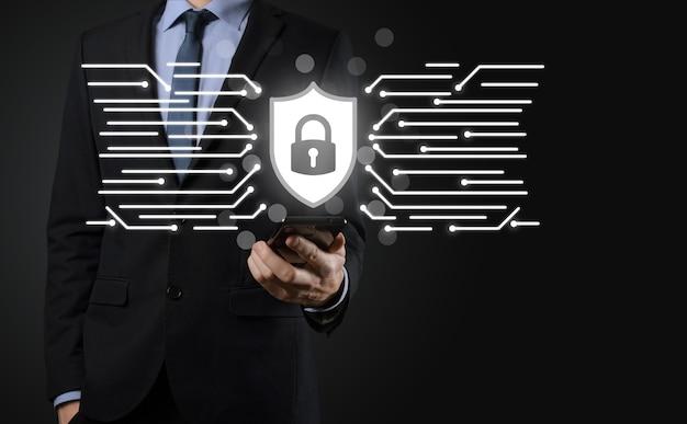 Red de seguridad cibernética. icono de candado y redes de tecnología de internet. hombre de negocios que protege la información personal de datos en tableta e interfaz virtual. concepto de privacidad de protección de datos. gdpr. ue.