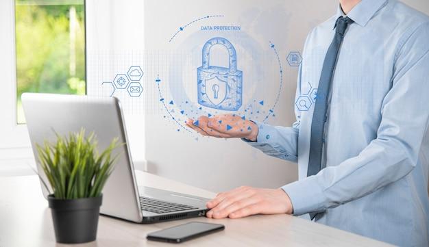 Red de seguridad cibernética. icono de candado y redes de tecnología de internet. hombre de negocios que protege la información personal de los datos en la tableta y la interfaz virtual. concepto de privacidad de protección de datos. gdpr. ue