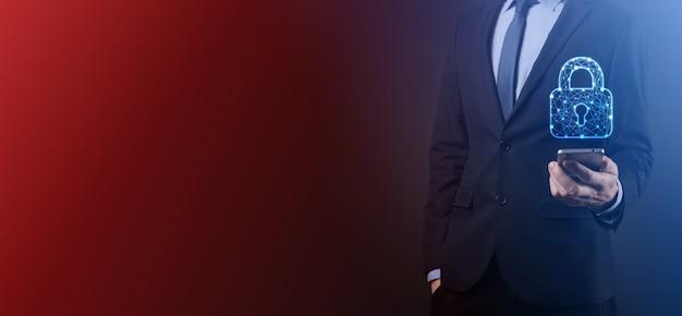 Red de seguridad cibernética. icono de candado y redes de tecnología de internet. hombre de negocios que protege la información personal de datos en la tableta y la interfaz virtual. concepto de privacidad de protección de datos. gdpr. ue.