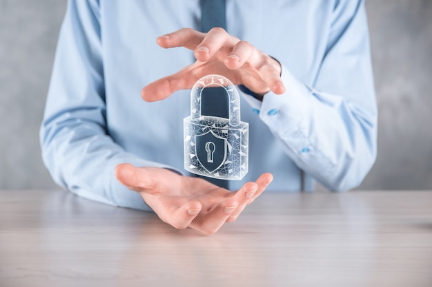 Red de seguridad cibernética. icono de candado y redes de tecnología de internet. hombre de negocios que protege la información personal de los datos en la tableta y la interfaz virtual.