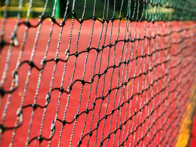 Red de tenis en un campo de tenis rojo
