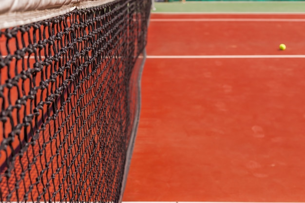 Red de tenis en una cancha de tenis