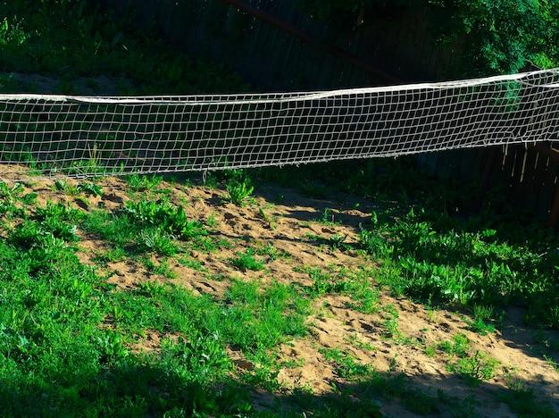 Red de voleibol en el fondo del parque rural