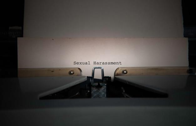 Redacción de acoso sexual en una vieja máquina de escribir