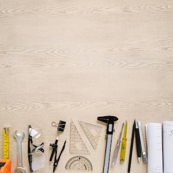 Redacción y herramientas de construcción cerca de planos