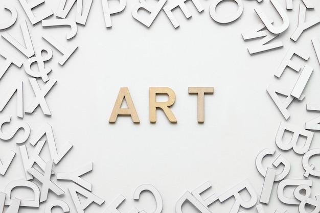 Redacte el concepto de madera del alfabeto del arte en el fondo blanco.