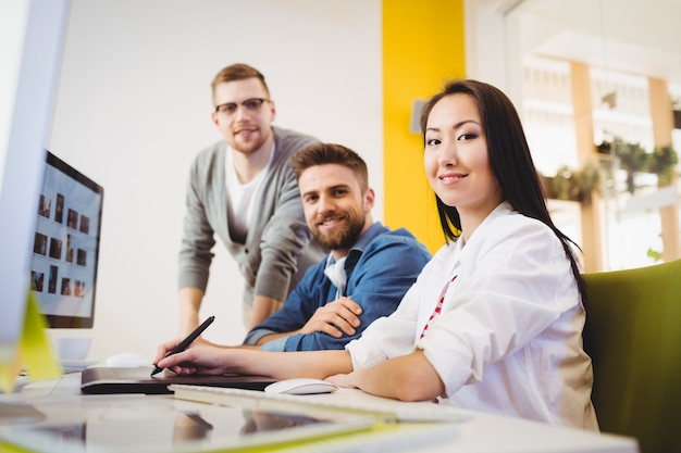 Redactores colegas en la oficina creativa