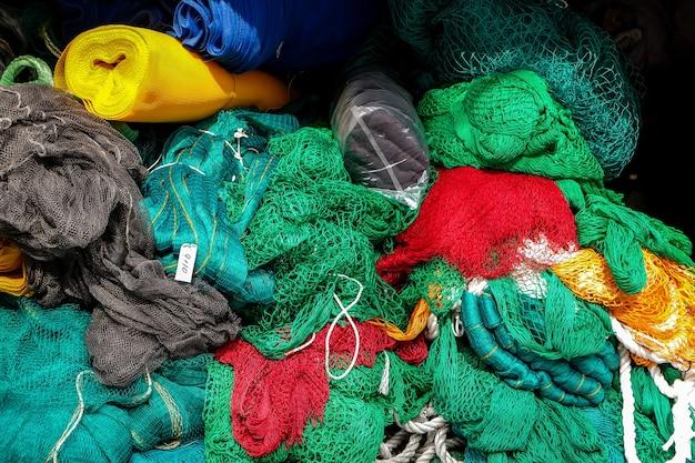 Redes de pesca de colores en exhibición en la tienda
