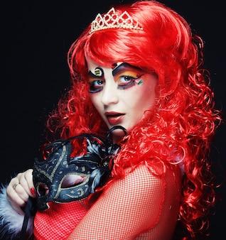 Redhair hermosa mujer con máscara.