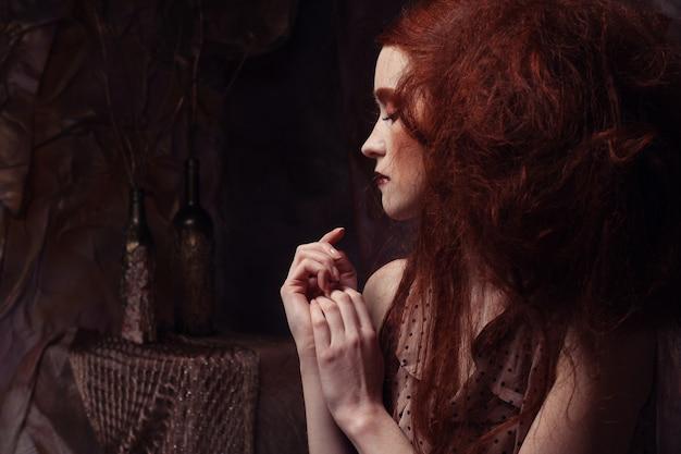 Redhair mujer con maquillaje creativo brillante