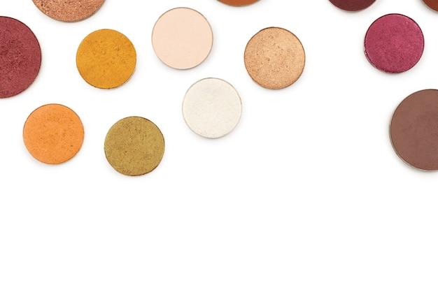 Redondo multicolor componen sombras de ojos aisladas en blanco. vista superior.
