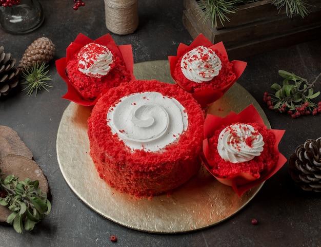 Redondo rojo dulce con crema sobre la mesa