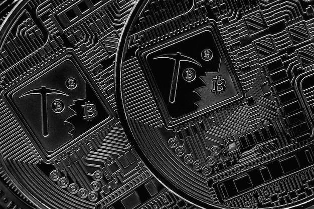 Reducción a la mitad de bitcoin. criptomoneda sobre fondo plateado. fotografía macro
