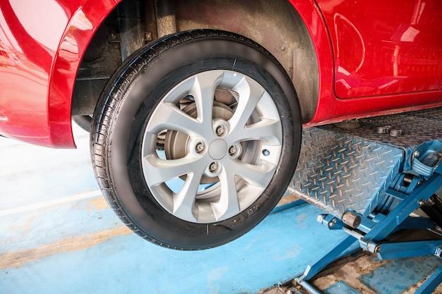 Reemplazo de neumáticos de automóviles en el taller de reparación del centro de servicio de automóviles