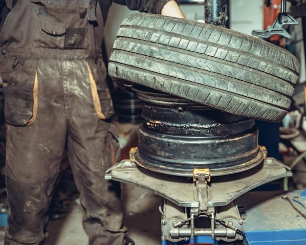 Reemplazo de neumáticos en las ruedas del automóvil en el servicio.