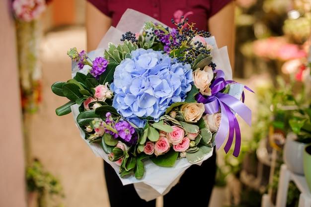 Refinado y elegante ramo de hermosas flores.