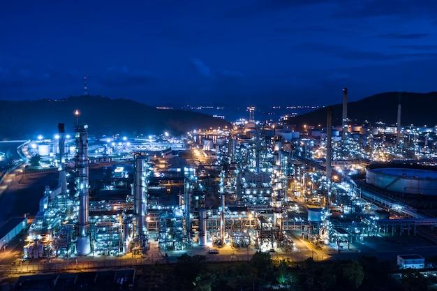 Refinería industria de producción de petróleo y gas y montaña.