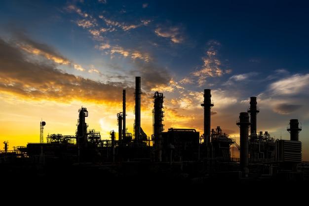 Refinería de petróleo en la puesta del sol
