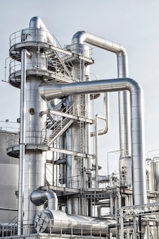 Refinería de petróleo en tubos brillantes.