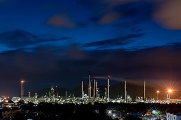 Refinerías de planta petrolera tomadas en el crepúsculo, tailandia