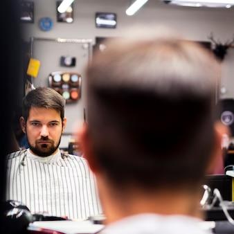 Reflejo de espejo enfocado con hombre borroso