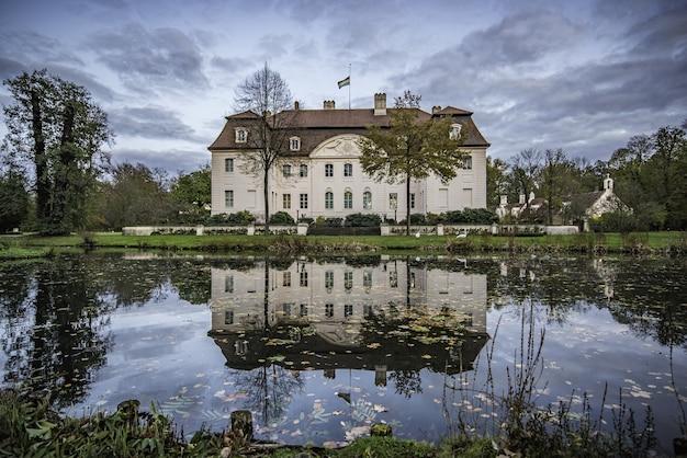Reflejo en el estanque del castillo en otoño