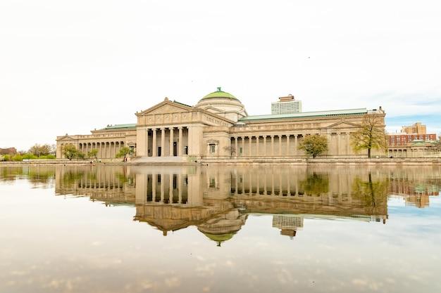 Reflejo del museo de ciencia e industria sobre el agua capturada en chicago, ee. uu.