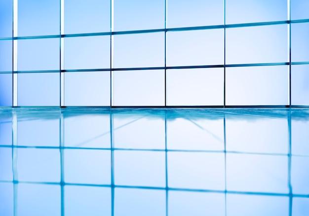 Reflejo de ventanas de vidrio en caja en el piso