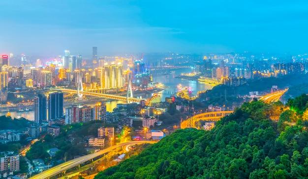 Reflexión del agua asiática panorama torre de la oficina