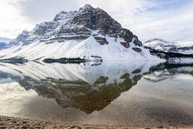 Reflexión de bow lake en el parque nacional banff, alberta, canadá