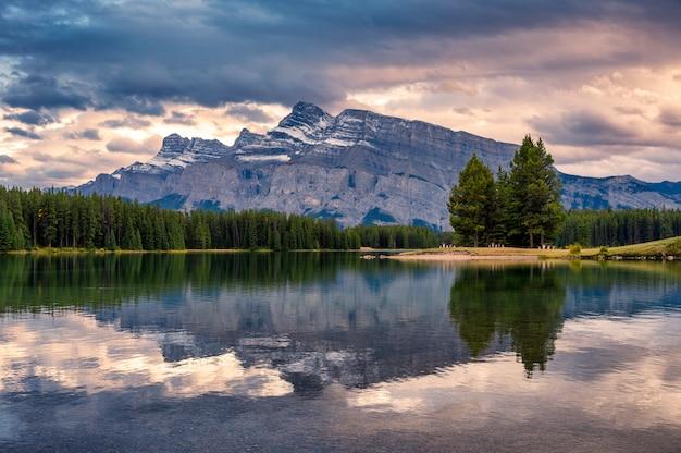 Reflexión del monte rundle en el lago two jack en la noche en el parque nacional banff